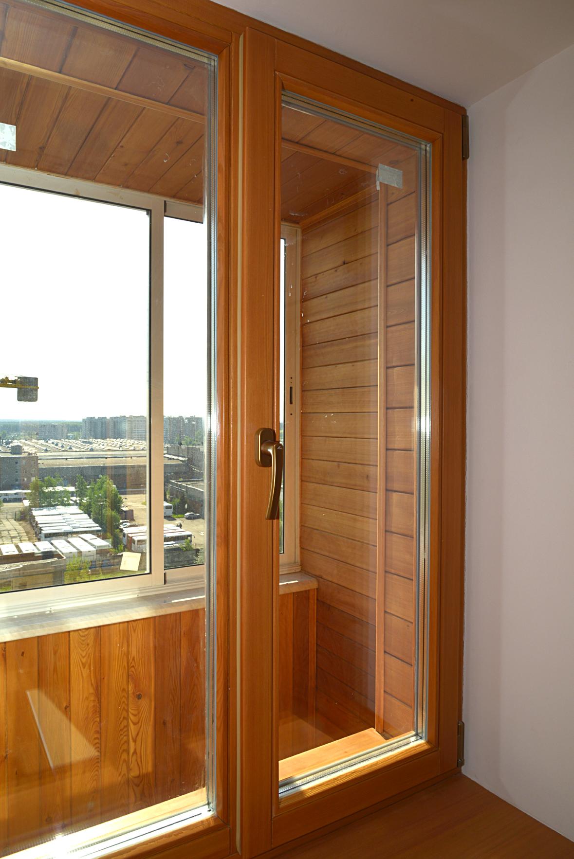 Окно на лоджию изготовлено из дерева (лиственница).