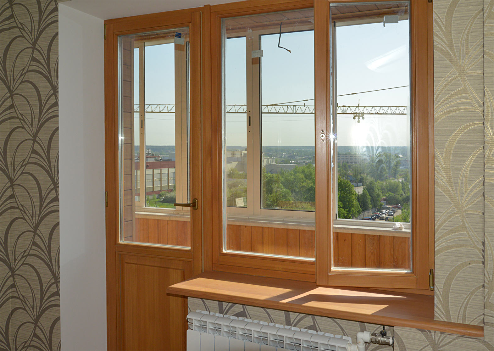 Деревянные окна балконы двери.