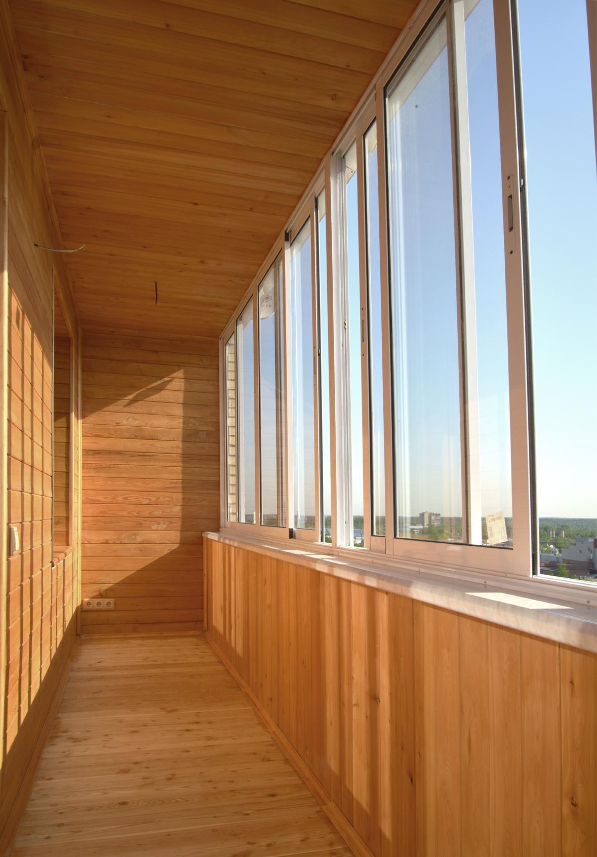 Остекление балконов и лоджий окнами из дерева - академия око.